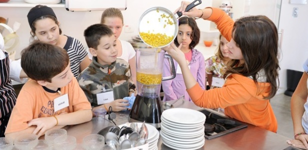 Crianças durante aula na Escola de Cozinha Wilma Kovësi