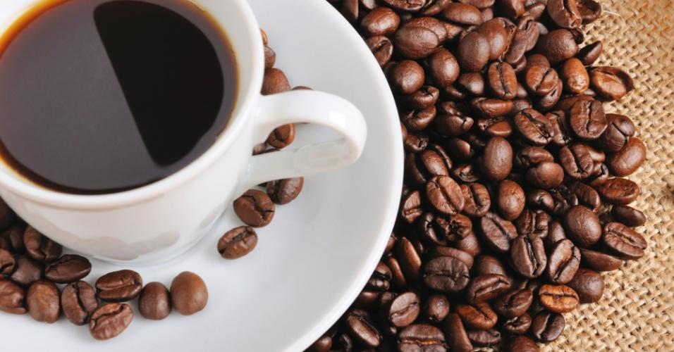 Xícara e grãos de café