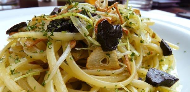 O alho negro combina com peixes e massas como o Spaghetti Triplo Aglio. <br> Clique abaixo para ver como fazer esta e outra receita