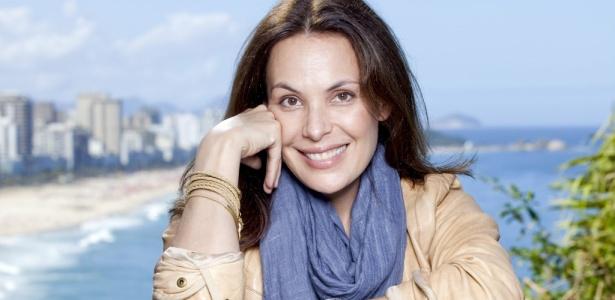 """A atriz Carolina Ferraz, que lança seu primeiro livro de culinária, """"Na Cozinha com Carolina"""""""