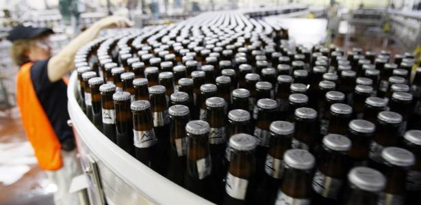 Funcionário trabalha em fábrica da cervejaria SABMiller, em Golden, nos EUA - Reuters